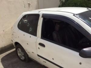 carro_costa_barros-300x225 Policiais deram mais de 100 tiros em carros de jovens mortos no Rio