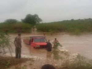 12509756_906503326135665_2900924912369507762_n-300x225 Caminhonete quase é arrastado por correnteza no Rio Taperoá; veja