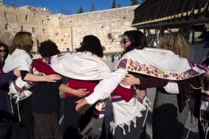 mulheresmurolamentacoesefe-300x200 Homens e mulheres podem orar juntos no Muro das Lamentações