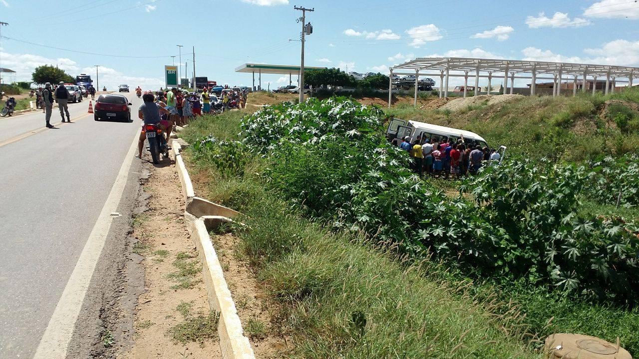 12675071_10206199238883059_1029090531_o Exclusivo: Motorista perde controle e van da Prefeitura de Monteiro cai em barranco