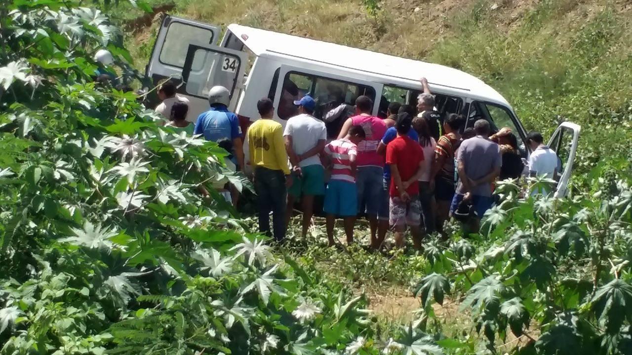 12767897_10206199240403097_580438696_o Exclusivo: Motorista perde controle e van da Prefeitura de Monteiro cai em barranco