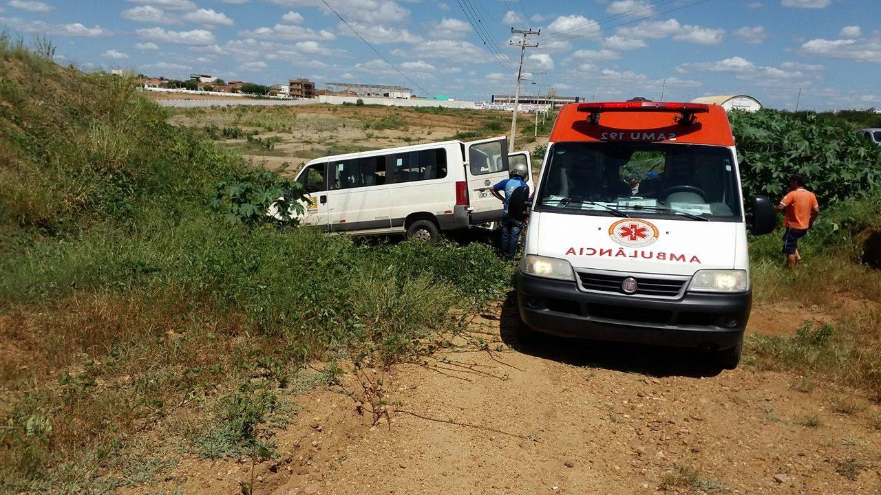 12773078_10206199239163066_890489027_o Exclusivo: Motorista perde controle e van da Prefeitura de Monteiro cai em barranco