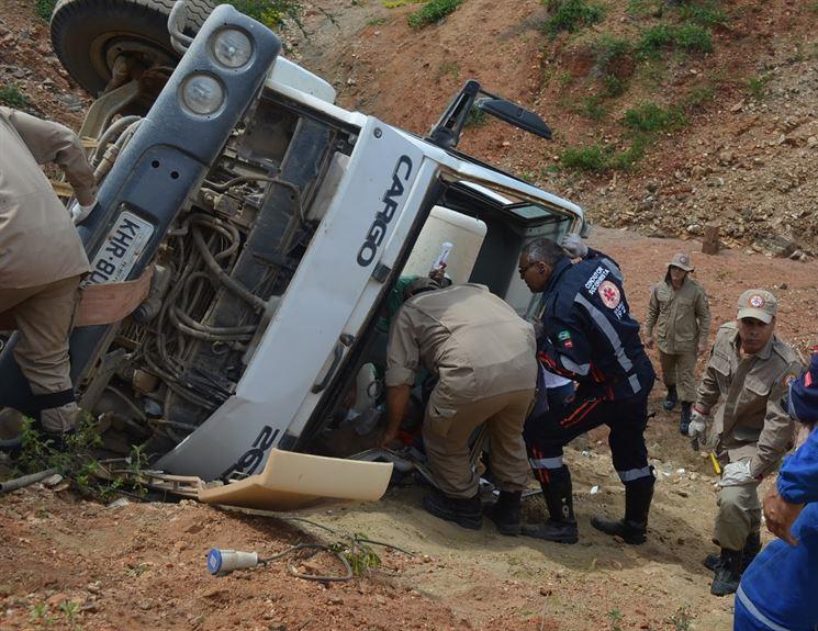 16137774580007455750000 Caminhão despenca em obra da Transposição do Rio São Francisco e deixa motorista ferido