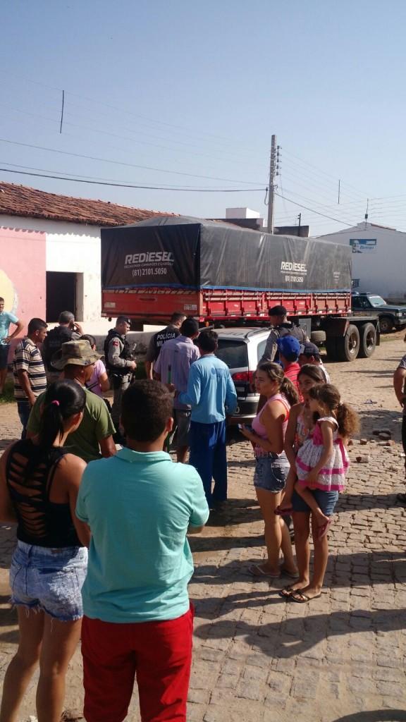 20160211031557-1-576x1024 Em Monteiro: homem furta carro, colide em muro e é preso