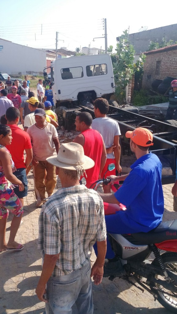 20160211031557-576x1024 Em Monteiro: homem furta carro, colide em muro e é preso