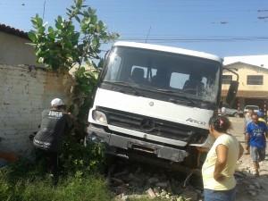 20160211041036-1-300x225 Em Monteiro: homem furta carro, colide em muro e é preso