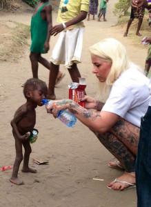 """NigerianChildren1-219x300 A tocante recuperação de uma das crianças abandonadas na Nigéria por ser considerada """"bruxa"""""""