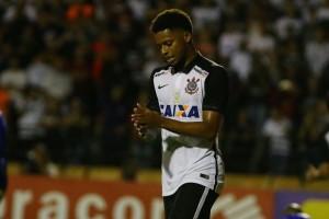 andre-300x200 André faz golaço no fim e livra Corinthians de derrota contra o São Bento