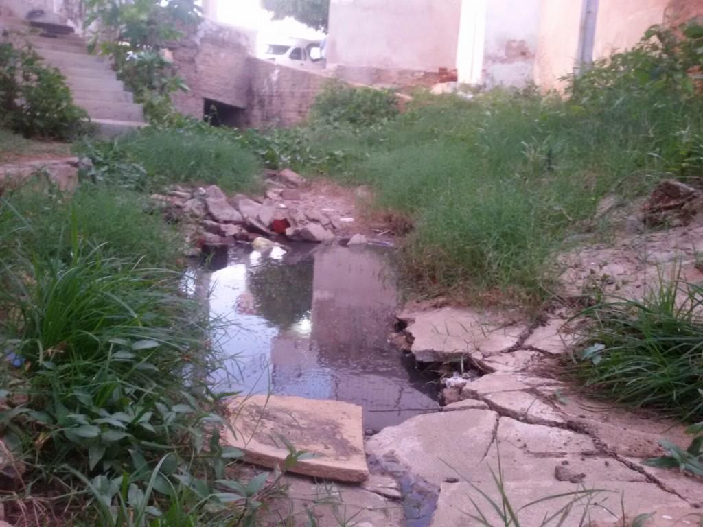 c0c25e24-7cd8-4d56-a188-45ee800e56fa-1024x768 Esgoto estourado é motivo de reclamação em bairro de Monteiro