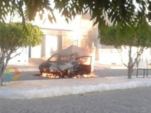 thumbs-1-1-300x225 Carro pega fogo no centro de Monteiro na manhã deste Domingo (28)