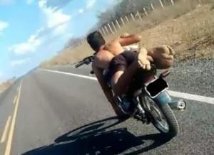 timthumb-3-300x218 Motoqueiro desafia leis de trânsito no Cariri e se exibe com foto em rede social