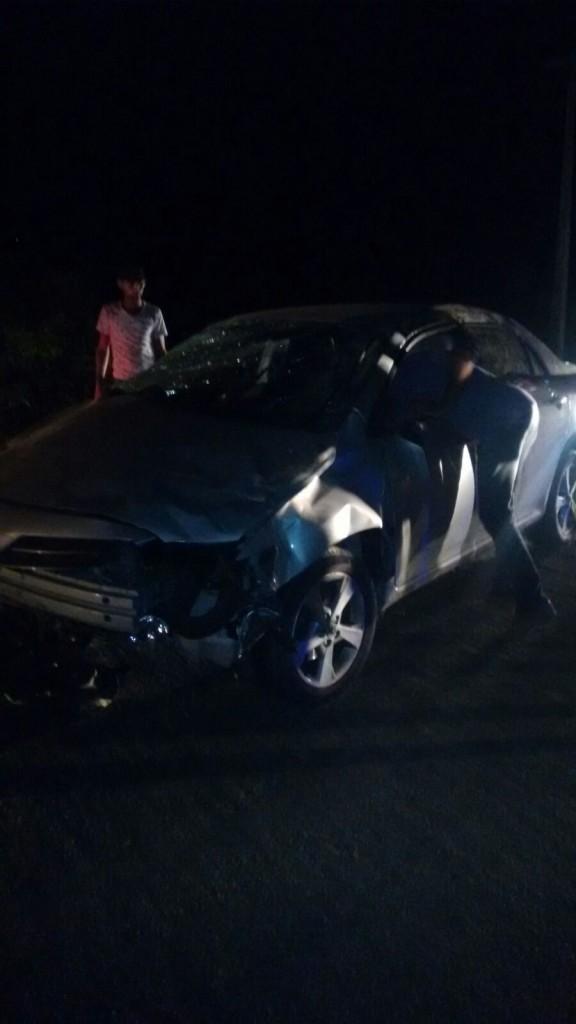 20160314034835-576x1024 Em Monteiro: Motorista perde controle de carro em curva e capota
