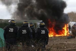 acampamentorefugiadoscalaisfrancaimigrantesefe-300x200 Imigrantes atacam caminhões e enfrentam a polícia na França