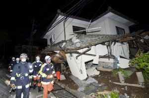 2016-04-15T133702Z_1_LYNXNPEC3E0XT_RTROPTP_4_JAPAN-QUAKE-300x198 Terremoto paralisa indústrias no sul do Japão, mas sem causar grandes danos