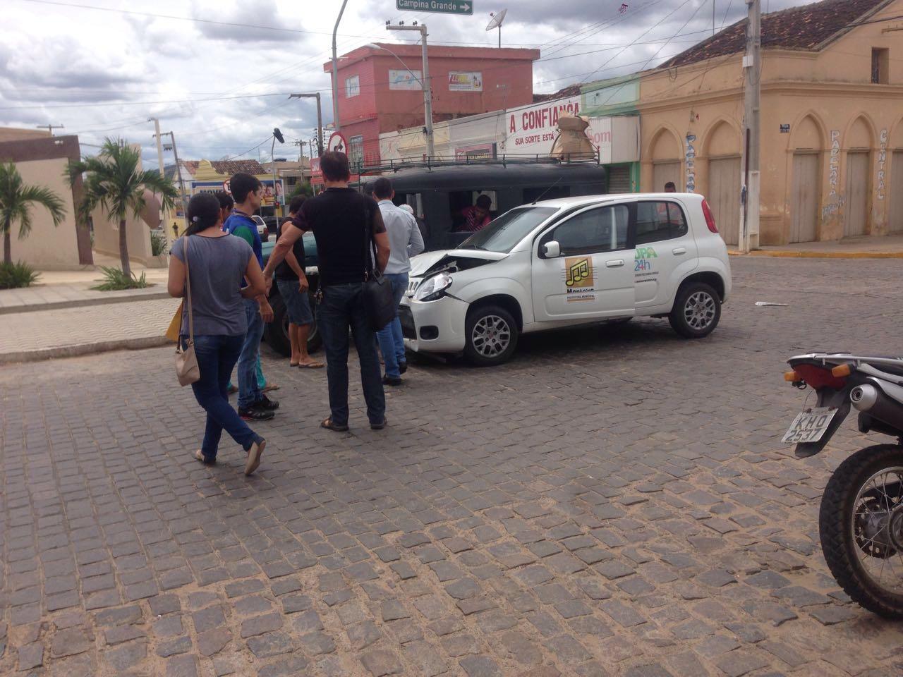 5726f8ae-a3ea-4f88-ab42-af7c27faec57 Carro da prefeitura de Monteiro colide com toyota no centro da cidade