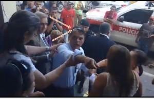 bevi_ovada-300x194-300x194 Manifestantes vaiam vereadores de oposição e atira ovo no ex-prefeito de Juazeirinho