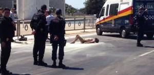 fogo-300x146 Homem ateia fogo no próprio corpo na frente do Palácio do Planalto, neste domingo em Brasíli