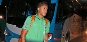 """neymar-chega-com-a-delegacao-da-selecao-brasileira-a-salvador-1447546059204_615x300-300x146 CBF recebe """"não"""" do Barça, mas ainda quer Neymar no Rio e na Copa América"""