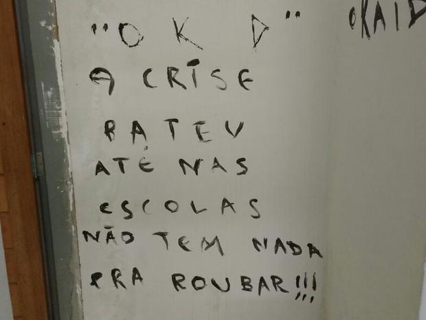 pichacao_escola_campinagrande-1 Assaltantes 'reclamam' de crise em escola arrombada de Campina Grande