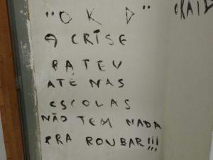 pichacao_escola_campinagrande-300x225 Assaltantes 'reclamam' de crise em escola arrombada de Campina Grande