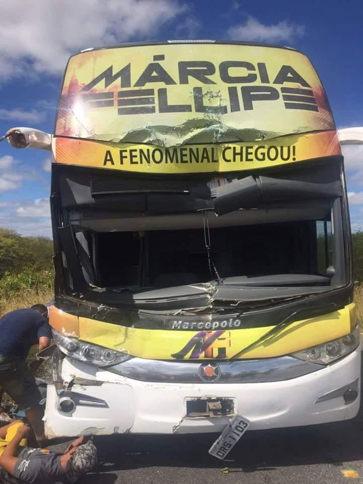 0ce69017-3139-4fdd-965e-4f4e9b8fbc12 Ônibus da cantora Márcia Felipe se envolve em acidente na Paraíba