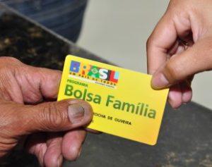 Bolsa-Fam-lia-300x237 Mais de 83 mil pessoas recebiam Bolsa Família irregularmente na PB