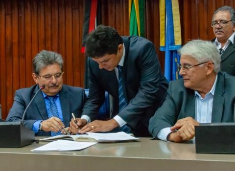201607050728350000009404-300x219 Assembleia empossa os novos deputados Raoni Mendes e Artur Filho