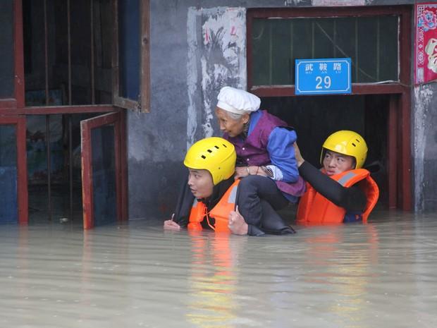 china-floods-_china_stringer_network_reuters-300x225 Enchentes deixam mais de 130 mortos na China e derrubam 40 mil casas