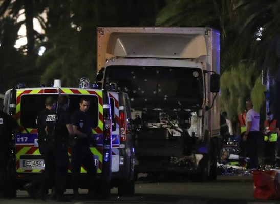 timthumb-4-1-300x218 Caminhão mata 80 pessoas na França