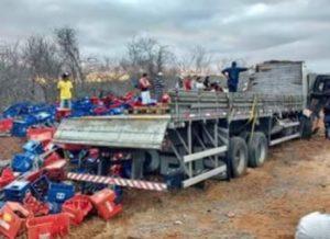 timthumb-6-2-300x218 Caminhão carregado de cerveja capota e motorista fica preso nas ferragens