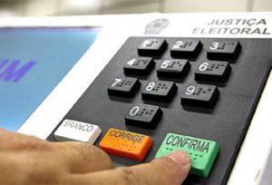 urna-eletronica-mao-800x543-300x204 Mulheres são apenas 30% dos candidatos nas eleições deste ano