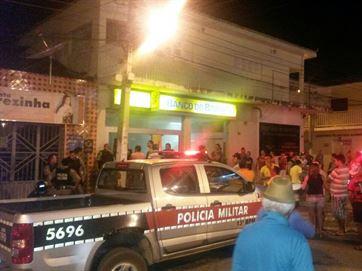 16811036280003622710000 Bando armado com fuzis invade cidade, cerca sede da PM e explode cofre de banco na PB