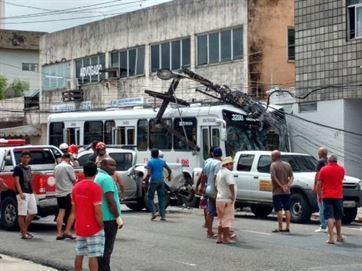 16845736280003622710000 Ônibus bate em poste e deixa duas pessoas mortas e três gravemente feridas no Centro de JP