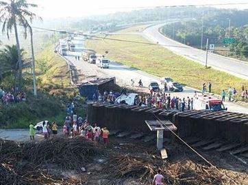 16879936280003622710000-300x225 Caminhão carregado de cana de açúcar tomba e interdita parte da BR-101, no Litoral Norte