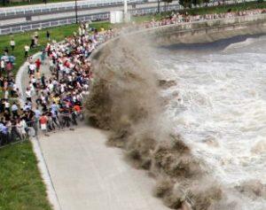 hangzhou-310x245-300x237 Onda gigante provoca correria nas margens de rio na China