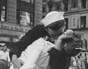 mulher-310x245-300x237 Morre mulher que virou símbolo do fim da II Guerra Mundial