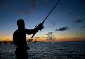 16321156-300x208 Com recursos escassos, cubanos usam camisinhas infladas para pescar
