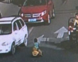 chines-310x245-300x237 Menino dirige carrinho de brinquedo em via movimentada na China