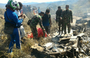 1635317-300x194 Avião da Força Aérea da Indonésia cai e deixa 13 mortos