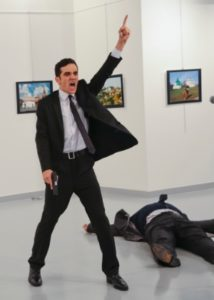 19dez2016-andrei-karlov-embaixador-da-russia-na-turquia-foi-baleado-por-um-atirador-enquanto-visitava-uma-galeria-de-arte-em-ancara-1482168972466_300x420-214x300 Vídeo mostra morte de embaixador em atentado na Turquia