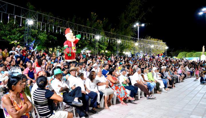 """21122016085521 Centenas de pessoas prestigiam """"Chegada de Papai Noel"""" em Monteiro"""