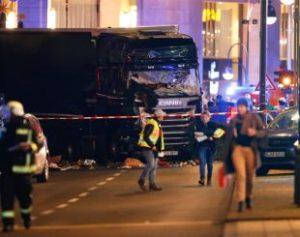 Caminh-o-310x245-300x237 Caminhão invade feira de Natal em Berlim e deixa mortos e feridos