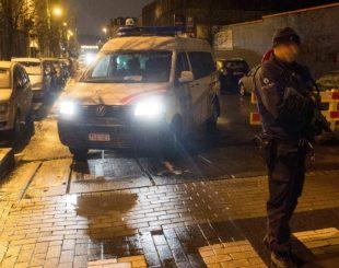 14jan2017-policial-participa-de-operacao-no-bairro-de-molenbeek-em-bruxelas-belgica-1484434145392_615x470-310x245 Polícia faz operação de busca e apreensão contra terrorismo em Bruxelas