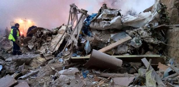 16jan2017-equipes-de-resgate-trabalham-no-local-da-queda-em-busca-de-vitimas-1484547030201_615x300 Ao menos 37 morrem em queda de avião de carga no Quirguistão
