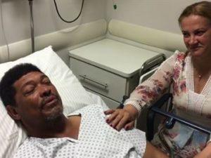 17205736280003622710000-300x225 Pastor Valdemiro Santiago é atacado em igreja e leva facada no pescoço; veja vídeos
