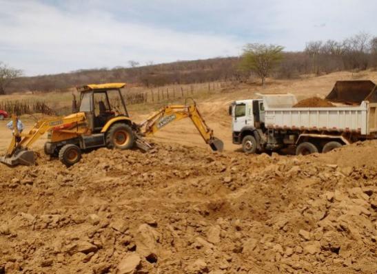 DARLYSON-300x218 Prefeitura de Zabelê realiza limpeza de açude na Zona Rural do município