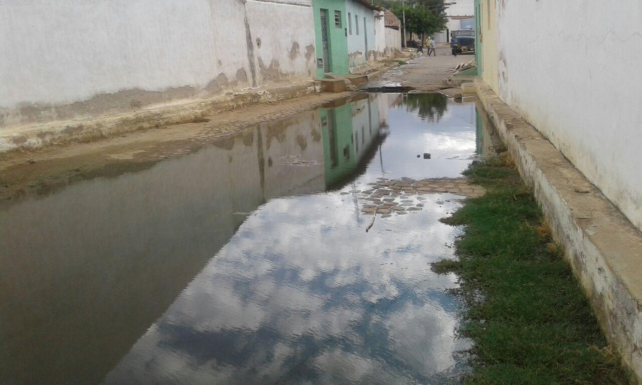 es Esgoto corre a céu aberto e coloca população em risco de doenças em Monteiro