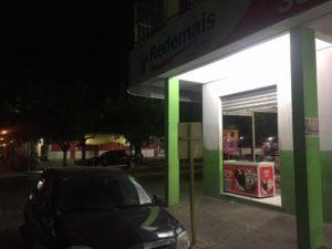 farmacia_ideal_noite-300x225 Jovens de Sumé assaltam farmácia no centro de Serra Branca e são presos pela PM