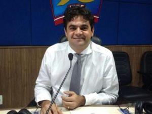 pre-300x225 Durante posse, prefeito renuncia salário de R$ 20 mil e cortes em secretarias