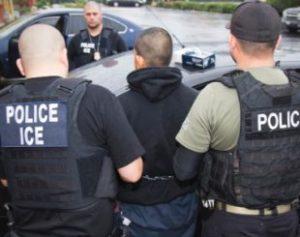 7fev2017-imigrante-e-detido-em-operacao-em-los-angeles-na-california-eua-1487014415449_615x300-310x245-300x237 EUA vão contratar 15 mil agentes para reforçar controle migratório